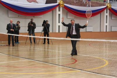 Олег Ковалёв играет в теннис