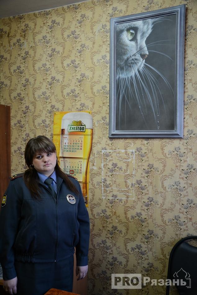Дознаватель Маргарита Бусарова рядом с полюбившимся котиком.