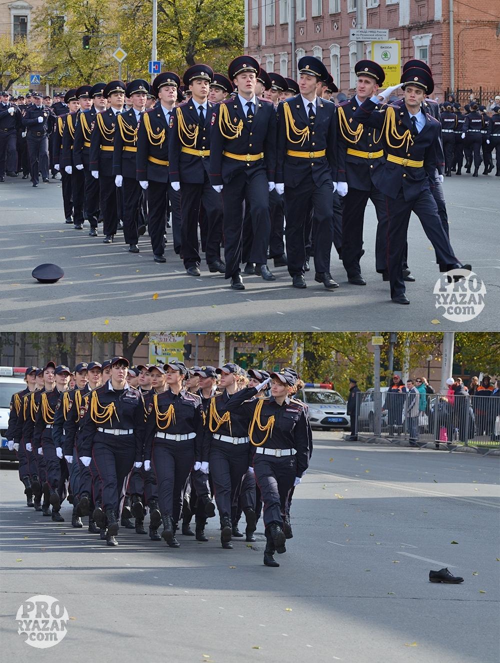 При получении нового знамени рязанские полицейские теряли фуражки и ботинки. Фото Александра Королева.