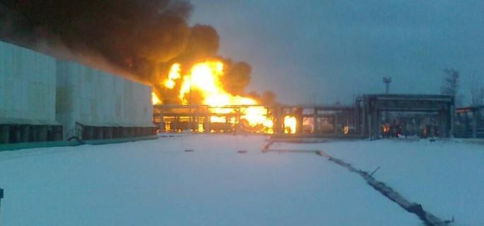 На рязанском нефтезаводе вспыхнули четыре цистерны с газом и нефтепродуктами.