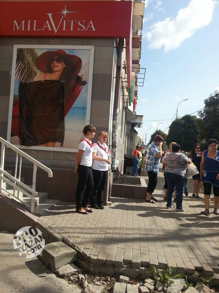 На пути Крестного хода в Рязани прикрыли рекламу купальников.