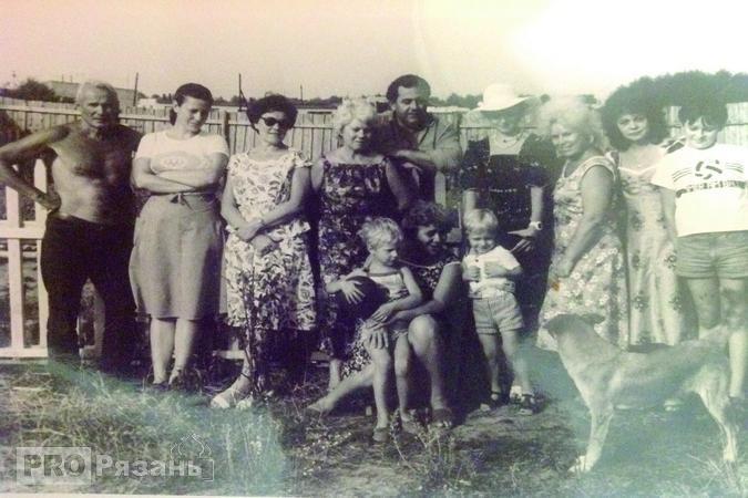 Валентина Толкунова в окружении своих сумбуловских знакомых. Справа от нее Евгений Дорофеев.