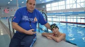 Олег Савостиков и Катя Бабарика на тренировке в бассейне.