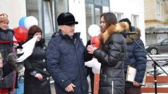vasiliy_fomin_vruchaet_klyuch_ot_kvartiry_lyudmile_malcevoy