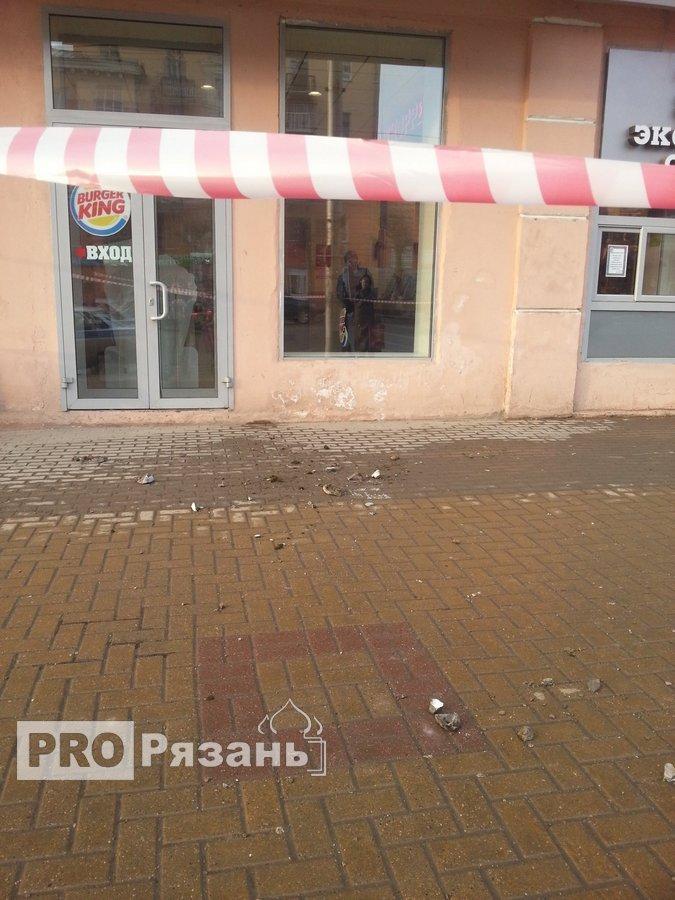 Куски бетона упали прямо перед входом в кафе. Фото Александра Ефанова.