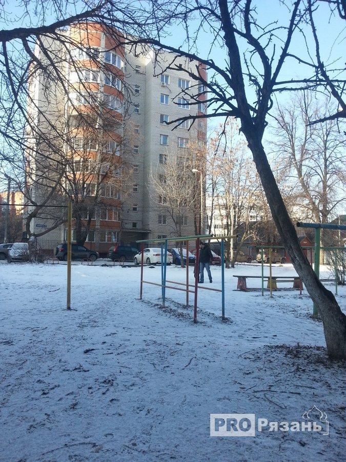 Трагедия произошла во дворе этого дома. Фото Александра Ефанова.