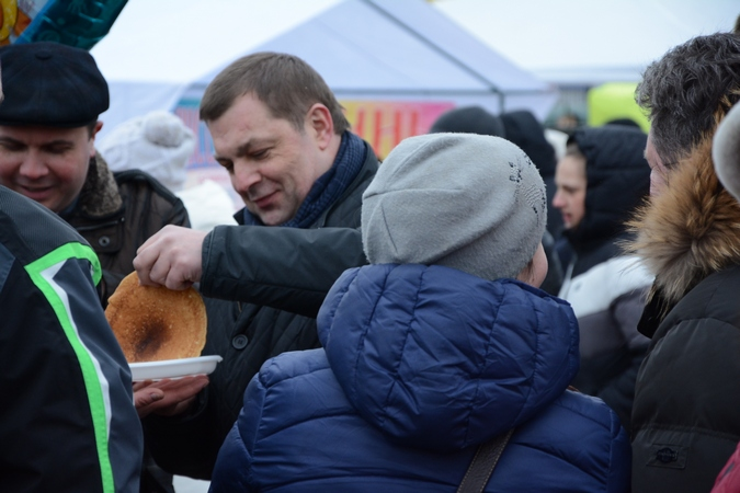 Глава администрации Рязани Виталий Артемов и председатель гордумы Андрей Кашаев тоже с удовольствием отведали блинов.