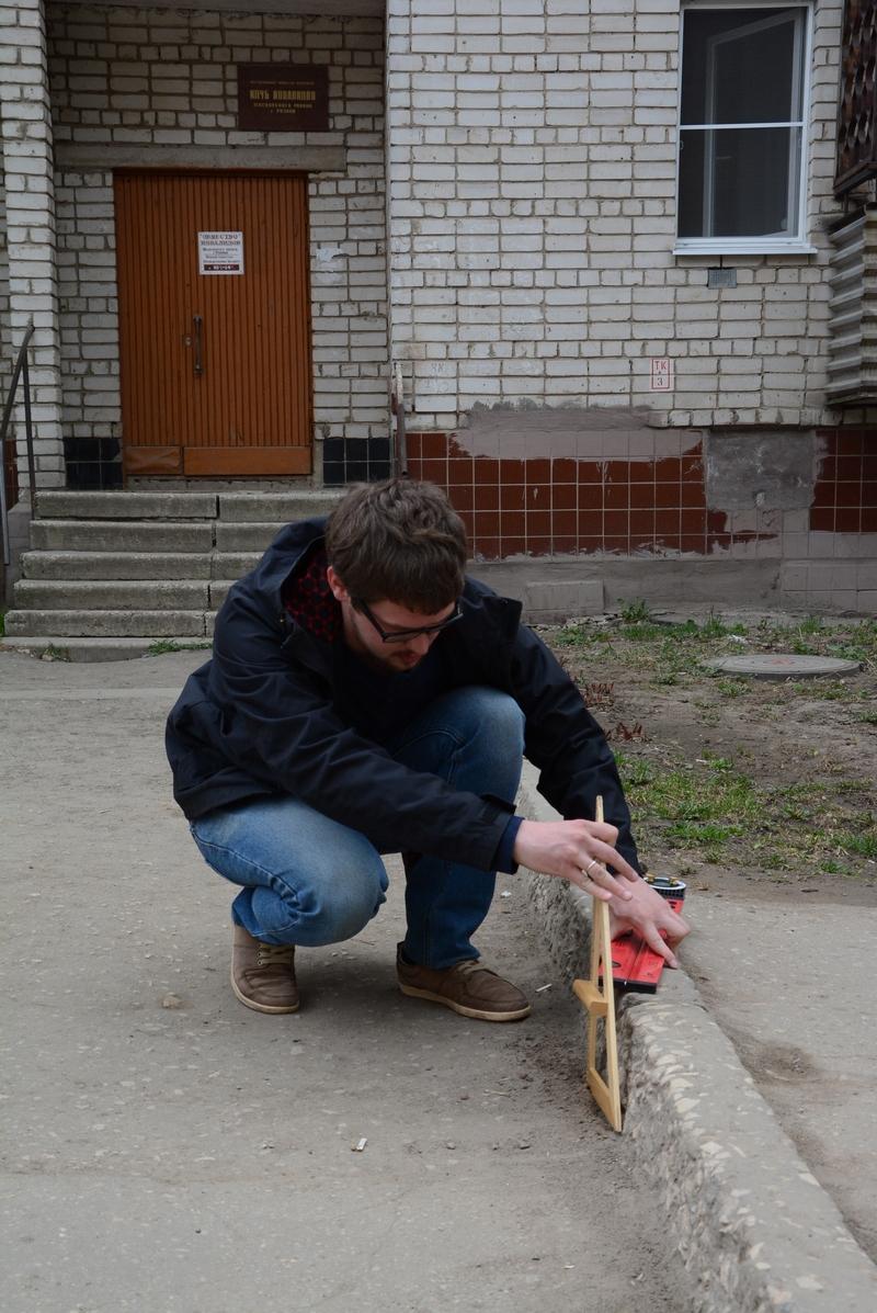 За спиной юриста Петра Иванова Общество инвалидов Московского округа Рязани. Высота бордюров превышает допустимую высоту.