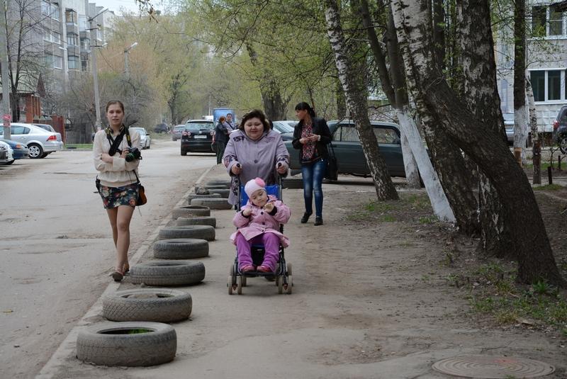 Ирина Шеремет направляется с дочерью в поликлинику.
