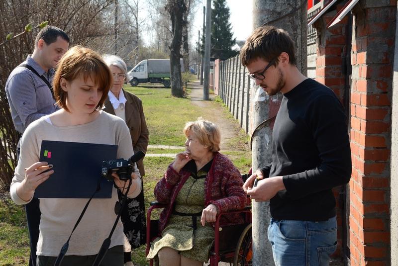 Правозащитники помогли пенсионерке выйти из дома. Фото Александра Ефанова.
