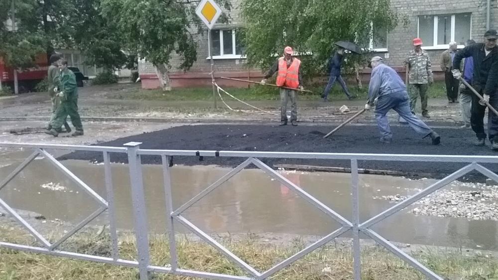 Укладка асфальта во время дождя. Фото Ильи Радучич.