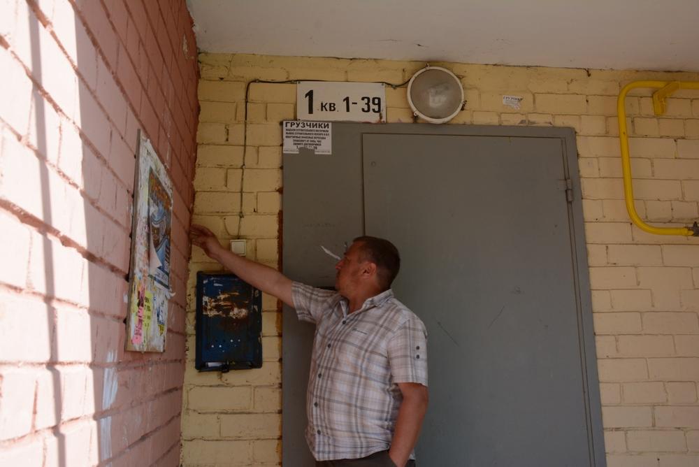 Алексей Москвичев показывает трещины, которые пошли по дому.