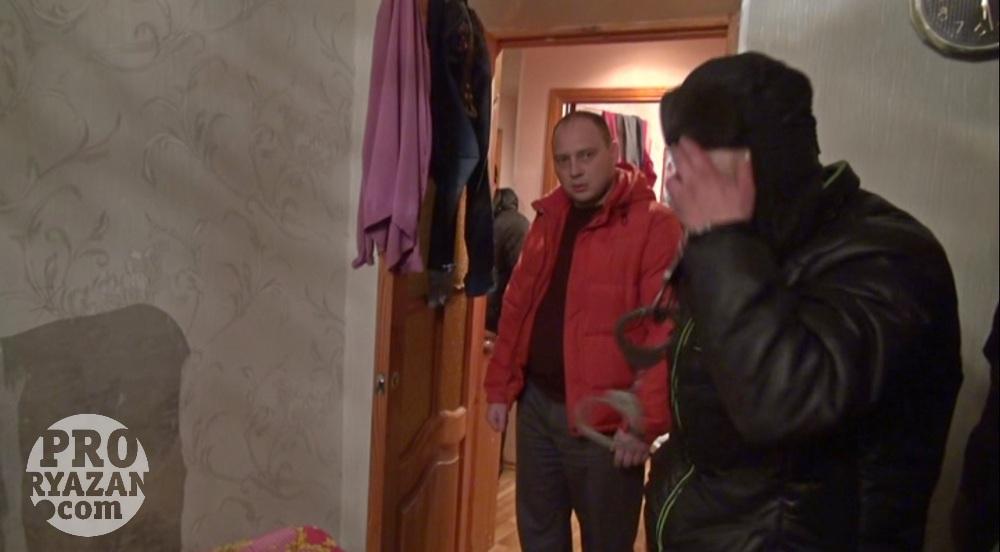 Следователь Александр Страмцов выясняет у наркомана на месте месте преступления все подробности убийств.