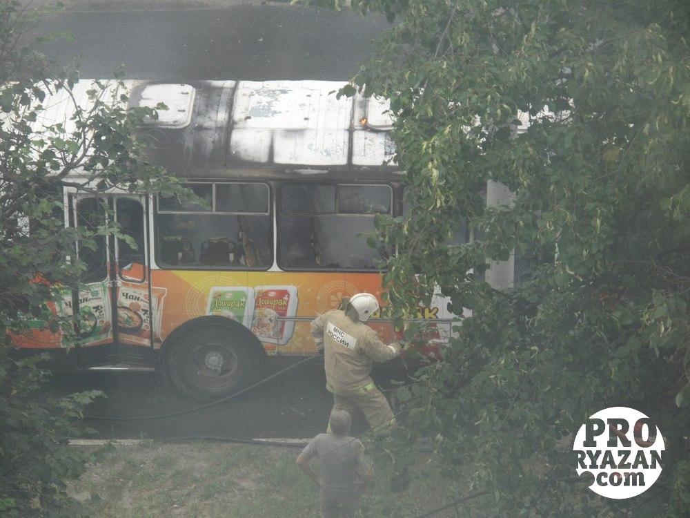 Пожарные быстро приехали и потушили автобус.