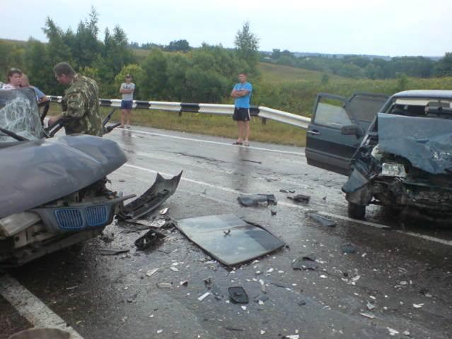 Судя по фотографиям, машины влетели лоб в лоб.