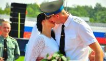 На празднике «Рязань – столица ВДВ» поздравляли «десантных» молодоженов