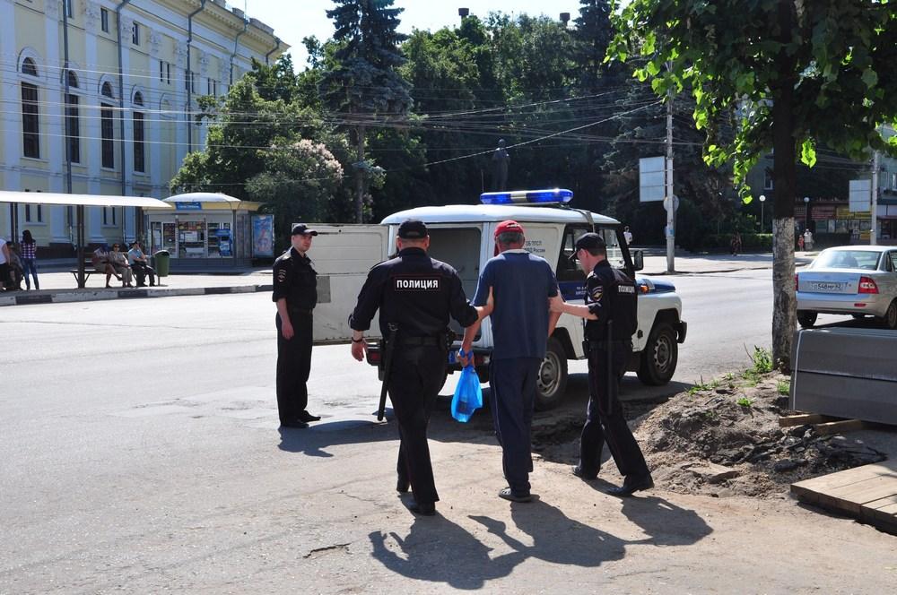 Полицейские забирают пьяного хулигана с площади Театральной.