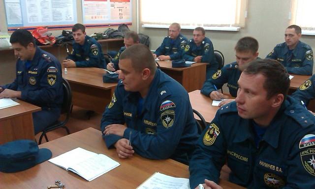 На занятии по служебной подготовке сотрудникам УМЧС рассказали об истории государственного флага.