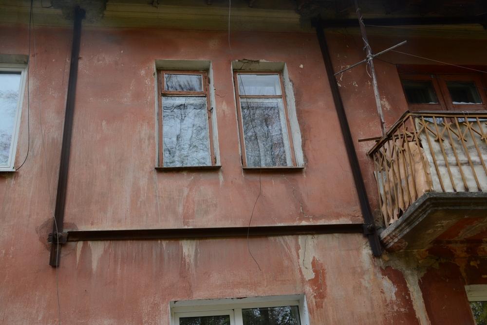 За годы эксплуатации дома на улице Урицкого стали разваливаться, поэтому приходится их укреплять металлическими стяжками.