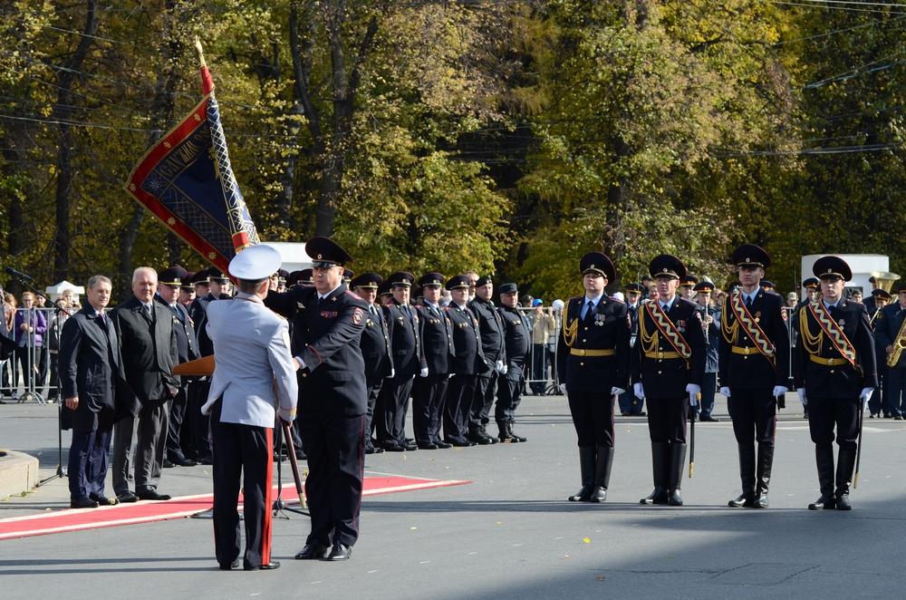 Глава рязанского УМВД Николай Пилюгин получает знамя из рук замминистра внутренних дел Аркадия Гостева.