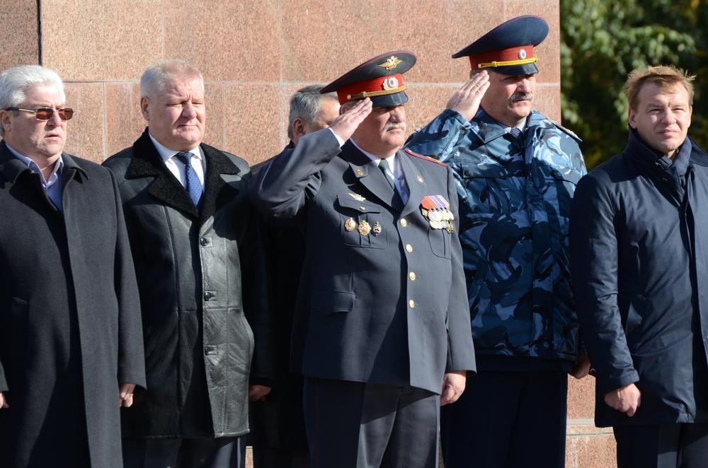 На церемонии вручения знамени присутствовали многие известные рязанцы. Среди них глава регионального СУ СК Владимир Махлейдт (второй слева).