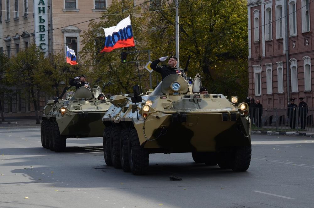 Подразделение рязанского ОМОНа на марше.