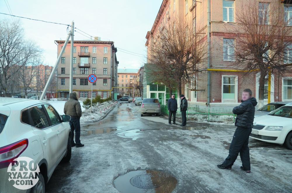 Избив полицейских, сотрудники УФСКН вывезли их в Рязани, в Управление наркоконтроля.