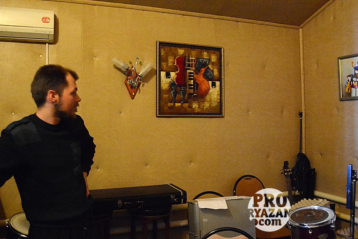 Артемий показывает студию звукозаписи ЦПЦ.