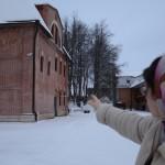 Прихожанка ЦПЦ Ольга показывает территорию общины.
