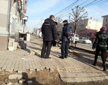 Днем в центре города двое рязанцев выложили из кирпичиков на тротуаре фашистскую свастику